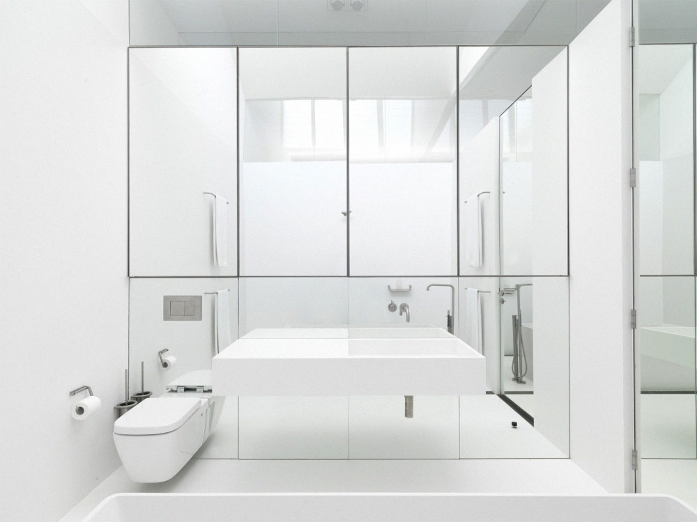 Pure and crisp white bathrooms pivotech for Miroir pour agrandir une piece